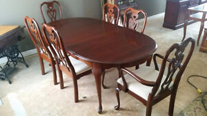 SOLID WOOD DINING ROOM SET WITH MATCHING HUTCH MUST GO