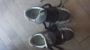 Kids soccer shoe's size 8