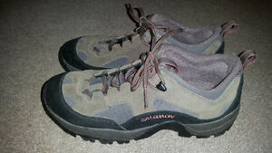 AWESOME SIZE 9 SALOMON SHOES IN GREAT CONDITION. ONLY 19$.......