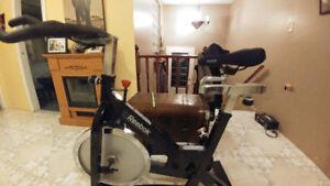Vélo spinning Reebok tres bonne etat 300$ferme pas nego*