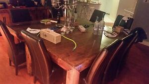 2 Tables rectangulaires en bois masif + 10 Chaises pour: 800$