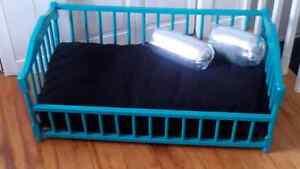 Lit bassinette antique en bois turquoise pour chat ou chien