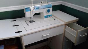 Machine à coudre de marque Singer, avec meuble mélamine blanche West Island Greater Montréal image 1