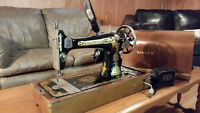 SINGER SEWING MACHINE 1918 VINTAGE IN ORIGINAL BOX!