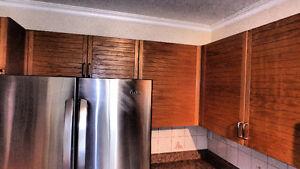 armoires de cuisine, luminaires et rampe
