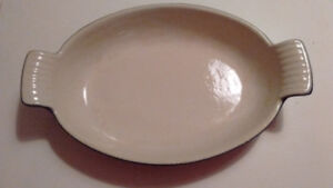 Plat à gratin ovale pour le four, en fonte émaillée.
