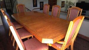 table en chaine massif avec 8 chaises