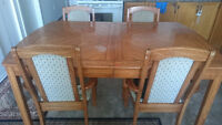 table with 4 chair   ....table avec quatre chaise
