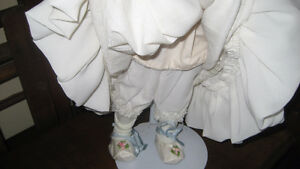 MUSICAL PORCELAIN BRIDE DOLL Kitchener / Waterloo Kitchener Area image 4