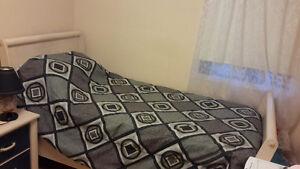 Set de chambre avec un lit de une place comode miroir table de n West Island Greater Montréal image 6