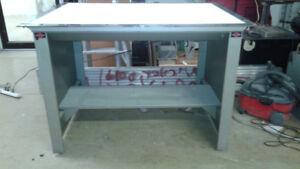 TABLE LUMINEUSE en métal,54x40x37 po.haut,fonctionne.