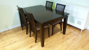 Solid wood table and 4 chairs !