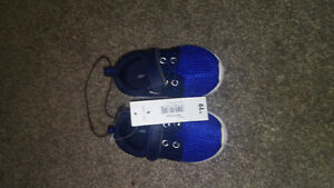 brand new boy runners size 4