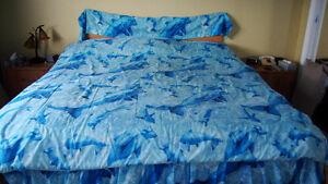 Douillette, cantonnière et jupon pour lit double de dauphins