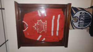 2010 Team Canada Olympic jersey signed by 18 gold medal Champion