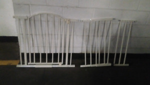 Lockable gate with extenders