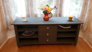 GORGEOUS SOLID  OAK ENTERTAINMENT UNIT/HALL TABLE/SIDEBOARD