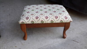 BEAUTIFUL SMALL ANTIQUE TAPESTRY FOOTSTOOL