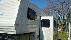 5th Wheel camper Conquest by Guelph Stream 27 Feet
