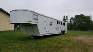 2005 Equest 5 horse trailer with full living quarters