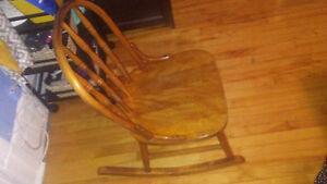 Chaise berçante antique format enfant, bois solide