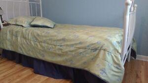 Douillette, coussin, tapis, rideaux, cadre pour chambre de fille