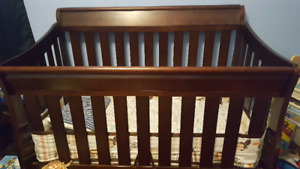 Delta Bentley 4 in 1 crib with mattress and protector