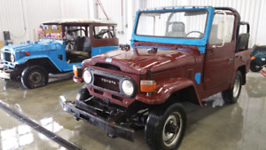2 Toyota Land Cruisers red (1978) bleu (1969)