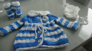 Manteau,bonnet et chaussons tricotés à la main