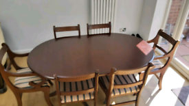 Beautiful mahogany extendable dining table and six chairs