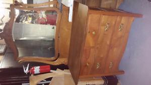Commode antique quatre tiroirs avec miroir