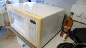 Sanyo Microwave Oven 0.7 CU. FT. 600W .