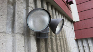 Flood Light motion detection comes with bulbs