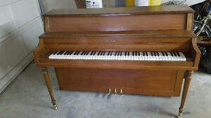 FREE PIANO ! EVERYTHING WORKS