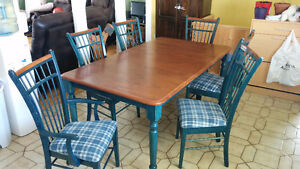 Table de cuisine incluant 6 chaises