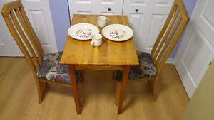 Petite table 36 X 22 + 2 chaises