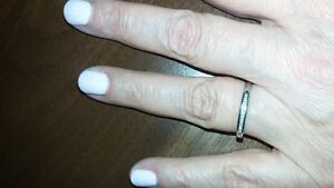 Ladies white gold ring with 9 small diamonds, size 7