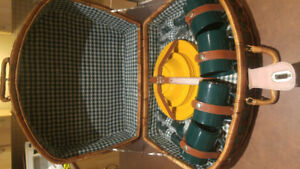 WICKER PICNIC BASKET WITH A 4 PLACE DISH SETTING (NEW)
