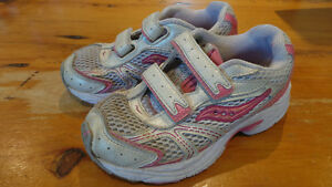 Saucony Running Shoes Size 12.5 Girl / Souliers de course fille