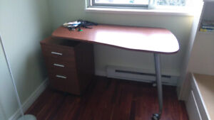 Cherry color desk with 3 drawers, with wheels