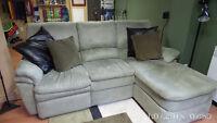 Ameublement à vendre, divan, tapis, meuble de tv, lampe.