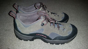 AWESOME SIZE 9 SALOMON SHOES IN GREAT CONDITION. ONLY 19$....... London Ontario image 2