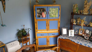 Dinning hutch. In good condition.