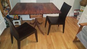 table escamotable antique et 2 chaises