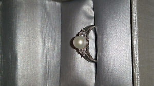 NEVER WORN Peoples Jeweler pearl and diamond white gold ring
