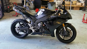 Mint condition 2008 YZF-R1. lots of extras R1