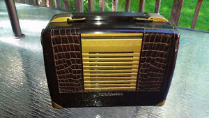 Antique Vintage RCA Victor tube-type portable radio - works!