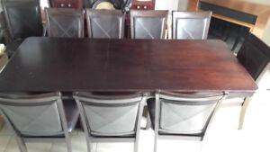 TABLE SALLE À MANGER 90 X 42 PO ET 10 CHAISES EN BOIS /CUIR