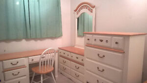 Beautiful 6 pc twin bedroom set solid wood in great condition