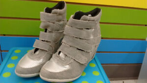 Light boots - Size 7 – $6.50 ONLY